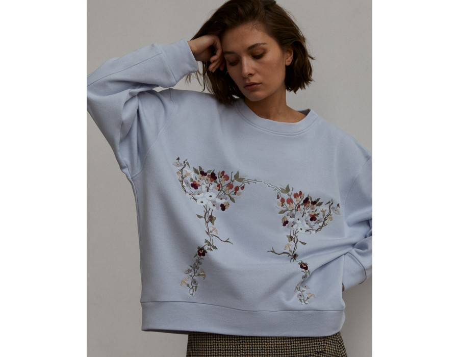 Blue oversized sweatshirt embroidered with violets