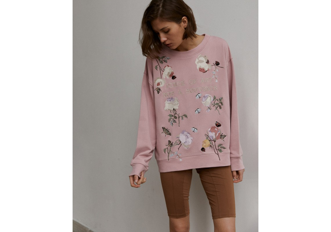 Dusty pink oversized sweatshirt embroidered with flowers Piece of art