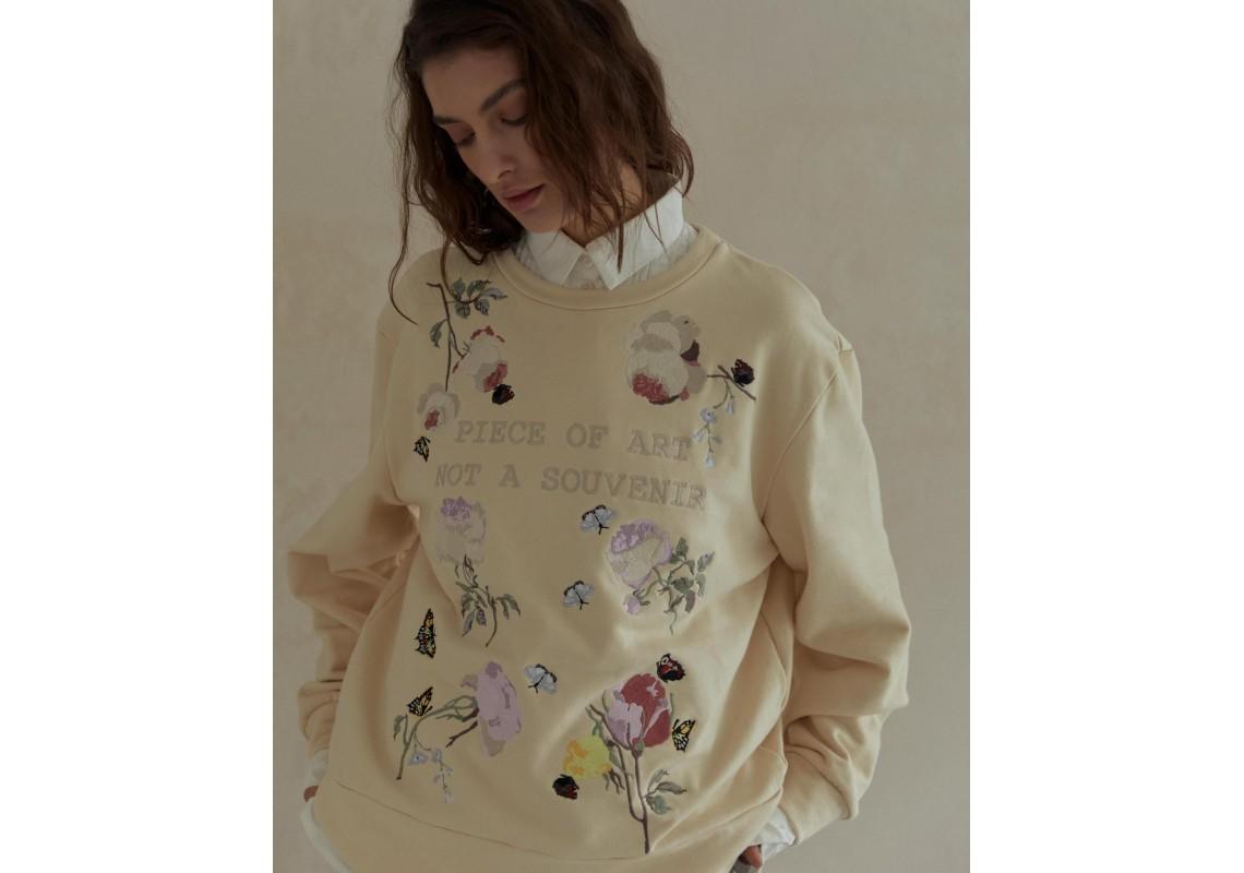 Sweatshirt piece of art not a souvenier
